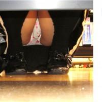 【盗撮パンチラ画像】モリマンさん発見!マンコ部分がぷっくり膨らんでる女の子棚下からこっそり盗撮wwwwwww