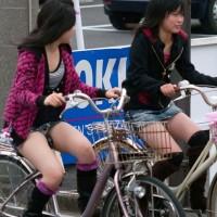 【街中パンチラ画像】JK有り★10代の自転車パンチラ総集編!パンツが見えすぎてAVの撮影に見えるwwwwww