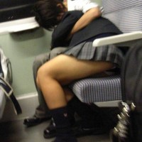 パンチラ見たけりゃ電車に乗ってミニスカギャルの対面に座れwwwww