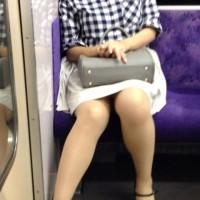 【電車対面パンチラ】スマホに夢中、電車でウトウトしてる女の子は股がゆるくなってパンチラチャンスやwwwwwwwwww