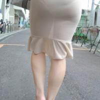 ピチピチのタイトスカートからパンツの形が透けて見えてる件wwwww