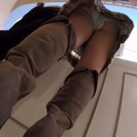 ナプキン女子パンチラ盗撮!スカートを逆さ撮りしたらパンティから羽物がハミ出てたwwwwwwwww