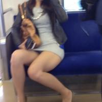 【対面パンチラ画像】股のガードがゆるゆるでパンツが見えちゃってるミニスカ女子を電車内で隠し撮りwwwwwww