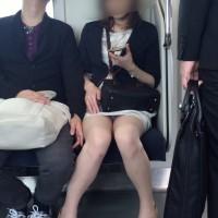 【電車でパンチラ画像】電車でパンツが見えてるOLさんを観察中!これは盗撮じゃない勝手に見えてるんだwwwwwww