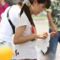 夏の観光地でパンチラ探し!子供連れ主婦、若妻のM字しゃがみ込みパンチラ画像wwwwwwww