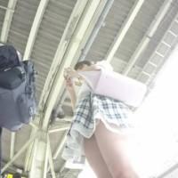 駅で美女を見つけてストーキングパンチラ!電車内までつけまわして逆さ撮りとかwwwwwww