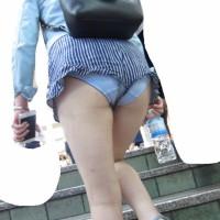 【ハミパン盗撮】ショートパンツの隙間から見えたパンティに股間がビーンと反応!最初の女の子は露出狂なのかwwwwwww