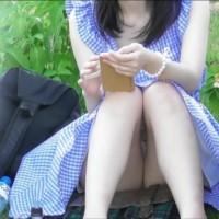【JDのパンツ盗撮】色白美肌!超綺麗な生脚!ムチムチのエロ太ももの先にパンツ見えてますwwwwwww