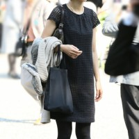 【街角チラリ画像】黒ストッキングが絶妙にエロい!美人若妻さんをこっそり隠し撮りした画像が流出wwwwwww