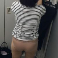 【更衣室で着替え盗撮】更衣室でOLさんを背後から隠し撮り!リアルなオバサンパンツ履いてますwwwwww