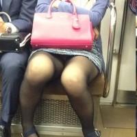 【電車内パンチラ盗撮画像】対面女性のエロ脚を覗いていたら股の間にパンティが見えたぞwwwwwww