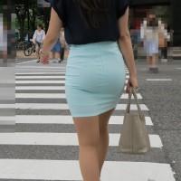 【透けチラ画像】ピチピチスカートでパンツのラインが見えまくり!?後ろからガンガン突きたくなるwwwwww