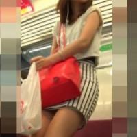 【盗撮パンチラ画像】可愛いモデル系美女のパンチラ!ターゲットをしぼって追っかけミニスカ逆さ撮りwwwwwww