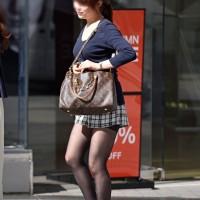 【街中エロ足画像】黒ストッキングハァハァ!寒い季節でもショーパン、ミニスカで頑張る女の子イイネwwwwwww
