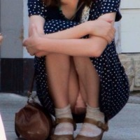 【盗撮パンチラ画像】ちょこんと道端に座ってる女の子を正面から隠し撮り!M字パンチラゲットしたったwwwwwwwww