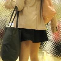 【スカート逆さ画像】読モ系のめちゃ可愛いギャルをエスカレーターでおっかけ逆さ撮り!パンツはみえ・・・wwwww