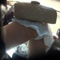 【電車パンチラ画像】1●歳ぐらいのロリ顔美少女を電車内でスカート逆さ撮り!ブラまで見えそうなアングルwwwwwww