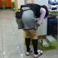 【パンチライン画像】パチ屋でパンツ透けてる店員!その他いろんなパンチラ、パン透け画像もwwwww