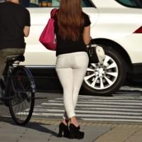 【パンツライン画像】ピッチピチのズボンにパンツが透けてる!近くで見たくてストーキング盗撮wwwwwww
