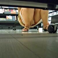 【盗撮パンチラ画像】GWはレンタルビデオ店にパンチラを見に行く!棚下パンチラスポット過ぎるwwwwwww