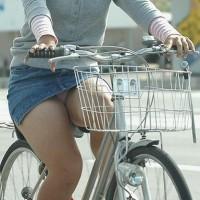 【盗撮パンチラ画像】ニコニコ自転車をこぎながらパンチラしちゃってる女の子街中で次々盗撮したったwwwwwww