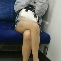 【電車チラリ画像】足がエロい!対面に座るエロ脚エロ太モモのショーパン女子大生をこっそり隠し撮りwwwwwwwww