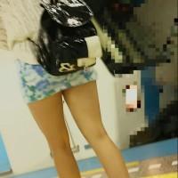 【電車チラリ画像】美脚美人のギャル顔出し!この手のミニスカって100%キャバ嬢w駅でストーキング盗撮wwwwwwww