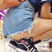 【パンチラ画像】私服のJCっぽいけど大丈夫!?ショートパンツの生足を接近して隠し撮りwwwwww