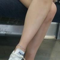 【電車でチラリ画像】夏は生足ショーパンギャルが増える最高の季節!電車内で対面から美脚盗撮wwwwwwwww