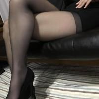 【足フェチOL画像】デリヘル嬢にOLのコスプレをさせてストッキングで足コキ!?その前にカメラでパシャリwwwwwwww