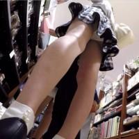 【盗撮パンチラ画像】デパートへ買物に行ったついでにお客や店員さんのスカートを逆さ撮りwwwwwwww