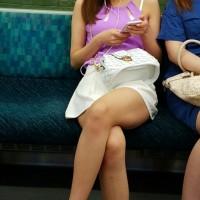 【電車内チラリ画像】爪先まで激写!電車で生脚を露出してる女を見かけるとスマホで撮っちゃう奴wwwwwww