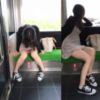 【電車内パンチラ画像】こんな対面パンチラが見れるなら毎日電車通勤で我慢するwwwwwww