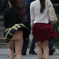 【街中パンチラ画像】パンツが見えてるのに気づいていない!?そんな徹底的瞬間のパンチラwwwwwwwwww