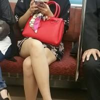 【電車チラリ画像】足フェチ盗撮師が本日も電車内で対面女性を隠し撮り!美脚生足にハァハァwwwwwwww