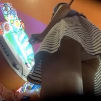 【パンチラ画像】太鼓の達●中にスカート逆さ撮り!ゲーセンはパンツ盗撮マニアの聖地wwwwwww