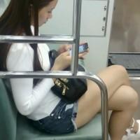 【電車でチラリ画像】足フェチの盗撮師が電車内でエロ足、生脚のギャルをこっそり隠し撮りwwwwwwwwww