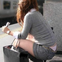 【街中パンチラ画像】これはパンツ見せている!隠す気が無いローライズパンツwwwwwwwwww