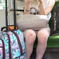 【盗撮パンチラ画像】眺めが最高過ぎる電車内対面パンチラ!興奮して車内で勃起しちゃダメよwwwwwwwww