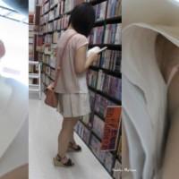 【パンチラ画像】真面目そうな女子のパンツは何色!?本屋で立ち読み中の女性を逆さ撮りした結果wwwwwwww