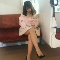 【エロチラ画像】エッチな脚してますなぁ!電車内で対面に座るギャルの綺麗なエロ足観察wwwwwwww