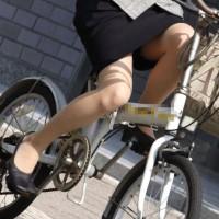 【自転車チラリ画像】チャリ通勤のOLさんがパンチラしかけてる!ローライズパンチラもありwwwwwwwww