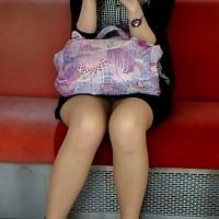 【電車でエロチラ画像】パンスト女子のエロ脚が気になる季節。スマホで勝手に隠し撮りwwwwwwww