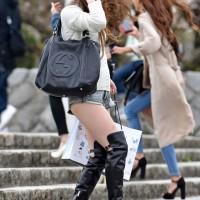 【街中パンチラ画像】ショーパンに生脚ブーツのギャル発見。見てるだけで勃起しそうになるファッションwwwwww