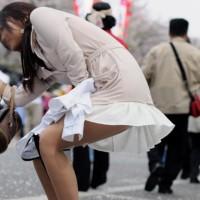 【パンチラ画像】パンツ見えてますよ!街中で偶然見かけちゃったパンチラ!風チラシーン多しwwwwwww