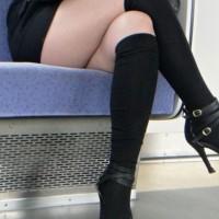 【車内チラリ画像】電車に乗った際にパンチラを期待して女の子の脚ばかり観察する奴wwwwwwwwww