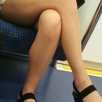 【電車エロチラ画像】お水系!?キャバ嬢風のお姉さんが生足を露出しまくっていたのでスマホで撮影wwwwwww