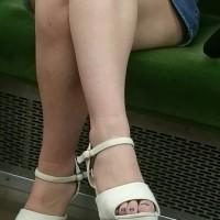 【電車チラリ画像】顔有。生足がドエロい美人お姉さまを電車内で発見!対面からスマホでズーム撮影wwwwwww