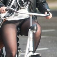 【自転車パンチラ画像】サドルに食込んだお尻、マンコがエロ過ぎ。チャリパンチラ色んな意味でエロいwwwwwwww