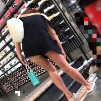【街中チラリ画像】前かがみでケツプリしてるお姉さん。ローアングルで覗くエッチな尻肉wwwwwww